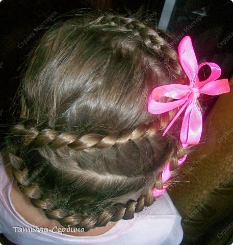 Добрый день всем, кто читает эту страницу!!!  У меня три дочки, у всех длинные волосы, поэтому я каждый день сталкиваюсь с проблемой причёсок для них; стало намного проще, когда я научилась плести разные косички.  Хочу поделится какие причёски из кос делаю я: фото 10