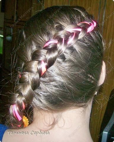 Добрый день всем, кто читает эту страницу!!!  У меня три дочки, у всех длинные волосы, поэтому я каждый день сталкиваюсь с проблемой причёсок для них; стало намного проще, когда я научилась плести разные косички.  Хочу поделится какие причёски из кос делаю я: фото 5