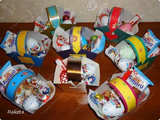 На Пасху в гости приходили не только взрослые, но и дети, вот их и решила порадовать. За пару часов собрала 8 корзиночек, насыпала сладостей: конфет, печенья, шоколадных яиц, и конечно же пасхальных. Корзиночки подсмотрела у Голубки http://stranamasterov.ru/node/48044?c=favorite, за что благодарна безмерно. Это достаточно просто, размеры чертила свои, потому как размеры картона оказались не одинаковы даже в одной упаковке(что странно). Корзинки получились довольно вместительны, побоялась диатеза, а наполнять можно было и дальше. фото 1