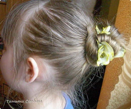 Такую причёску открыла для себя сама (хотя думаю, что не первая).Сначала так прибирала волосы моим девочкам дома, а теперь даже на танцы с такой ходим, и в школу, если утром уже времени нет на плетение. Делается просто и быстро, держится целый день и отлично сохраняется при активных физических занятиях: фото 1