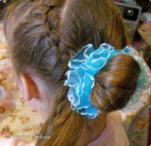 Такую причёску открыла для себя сама (хотя думаю, что не первая).Сначала так прибирала волосы моим девочкам дома, а теперь даже на танцы с такой ходим, и в школу, если утром уже времени нет на плетение. Делается просто и быстро, держится целый день и отлично сохраняется при активных физических занятиях: фото 3