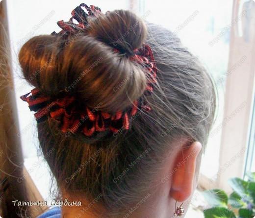 Такую причёску открыла для себя сама (хотя думаю, что не первая).Сначала так прибирала волосы моим девочкам дома, а теперь даже на танцы с такой ходим, и в школу, если утром уже времени нет на плетение. Делается просто и быстро, держится целый день и отлично сохраняется при активных физических занятиях: фото 7