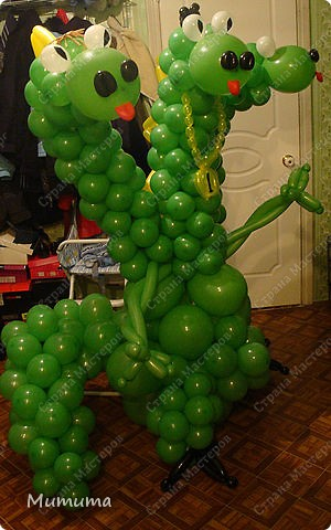 Этого Змея Горыныча доставили в офис фирмы, в которой три директора, на 23 февраля, в подарок от сотрудниц. Горыныч готовится к отлету...)  фото 1