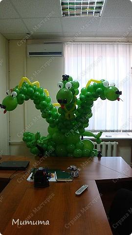 Этого Змея Горыныча доставили в офис фирмы, в которой три директора, на 23 февраля, в подарок от сотрудниц. Горыныч готовится к отлету...)  фото 2