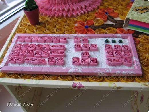 Вот такую работу сделала на заказ. Формат столешницы А4. Монитор, клавиатура и стол собраны из рамок. Рамки собраны из декоративного картона, который сделала при помощи салфеток и пищевой пленки.  фото 4
