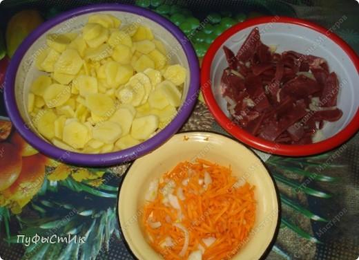 Нам понадобится: 1 кг картошки 0,5 кг мяса (у меня говяжье сердце) 2 средних морковки 1 средняя луковица майонез, растительное масло соль фото 2