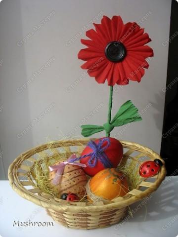Корзинка уже готовая; цветок из гофрированной бумаги и пуговицы; божьи коровки из соленого теста. фото 1