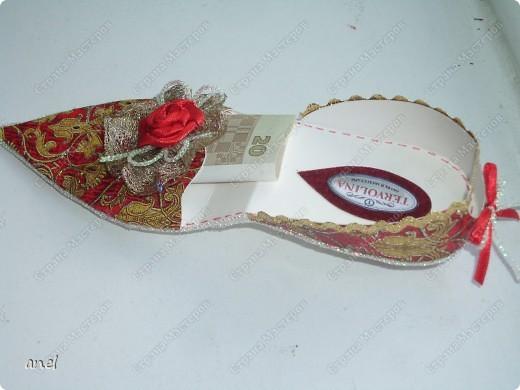 Чтобы подарить деньги приходится выискивать новые и новые варианты.Вот мастер класс по туфельке.     http://artfulaffirmations.blogspot.com/2010/01/elegant-shoe-tutorial.html фото 3