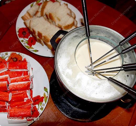 Сырное фондю с крабовыми палочками и сухариками. фото 1