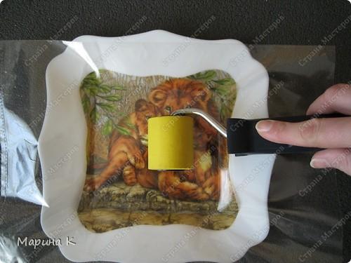 """Купила в магазине тарелочку симпатичной формы. Кроме тарелочки использовала 2 вида салфеток, контур по стеклу и керамике""""золото"""", акриловый глянцевый лак, клей ПВА, кисть, файл фото 7"""