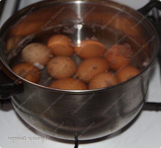 Для приготовления Вам потребуются: яйца, майонез, соевый соус ( 0,250 гр),  чеснок (5 зубков), луковая шелуха и лист салата. фото 2