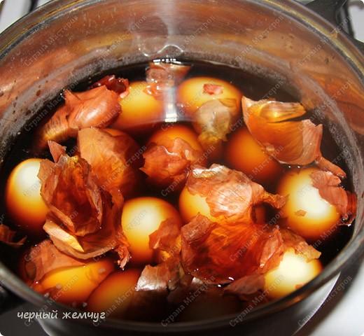 Для приготовления Вам потребуются: яйца, майонез, соевый соус ( 0,250 гр),  чеснок (5 зубков), луковая шелуха и лист салата. фото 3