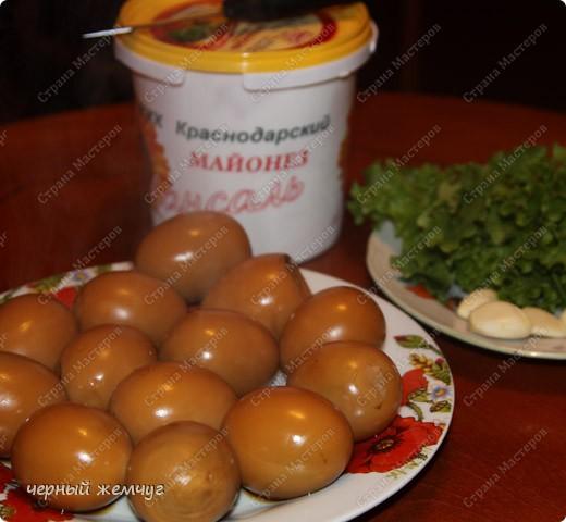 Для приготовления Вам потребуются: яйца, майонез, соевый соус ( 0,250 гр),  чеснок (5 зубков), луковая шелуха и лист салата. фото 4