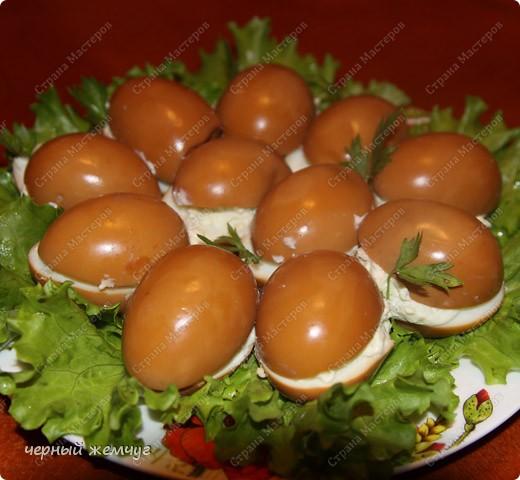 Для приготовления Вам потребуются: яйца, майонез, соевый соус ( 0,250 гр),  чеснок (5 зубков), луковая шелуха и лист салата. фото 5