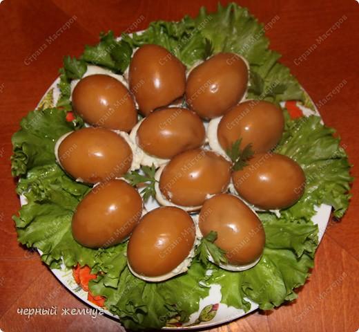 Для приготовления Вам потребуются: яйца, майонез, соевый соус ( 0,250 гр),  чеснок (5 зубков), луковая шелуха и лист салата. фото 1