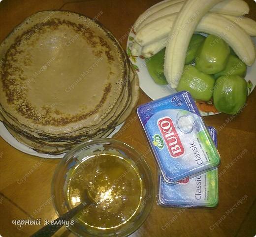 Для приготовления роллов потребуются: шоколадные блины, киви,  банан или клубника, сыр Буко и мед. фото 4