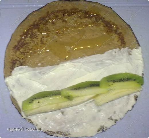 Для приготовления роллов потребуются: шоколадные блины, киви,  банан или клубника, сыр Буко и мед. фото 7