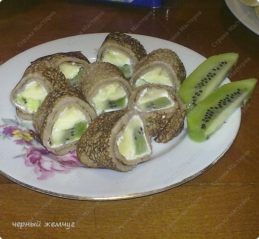 Для приготовления роллов потребуются: шоколадные блины, киви,  банан или клубника, сыр Буко и мед. фото 1