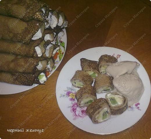 Для приготовления роллов потребуются: шоколадные блины, киви,  банан или клубника, сыр Буко и мед. фото 10