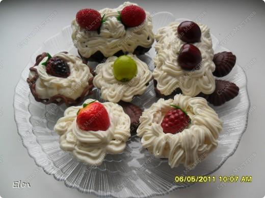 заказали для украшения в кофе муляжи пирожных,вот такие пирожное я налепила,правда ягодки все исскуственные,лень было возится фото 1