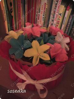 Эту корзину мы делали всей семьей в сад, на конкурс оригами. Вернее мы делали цветы, а корзина покупная обтянутая гофрированной бумагой))) фото 1