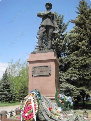 В нашем городе у мотоклуба есть одна традиция -на  9 Мая устраивать мотопробег с возложением цветов к памятникам погибшим воинам. Все, кто неравнодушенк этому событию, могут присоединиться к колонне и почтить память солдат, которые погибли в боях за наш город. фото 12