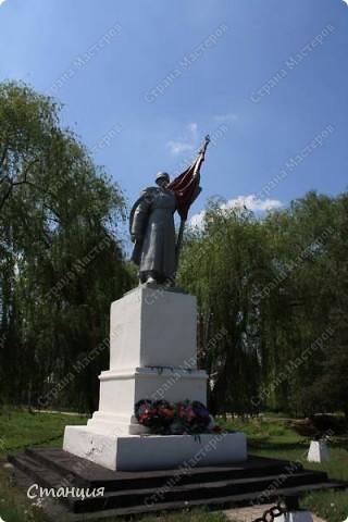 В нашем городе у мотоклуба есть одна традиция -на  9 Мая устраивать мотопробег с возложением цветов к памятникам погибшим воинам. Все, кто неравнодушенк этому событию, могут присоединиться к колонне и почтить память солдат, которые погибли в боях за наш город. фото 15