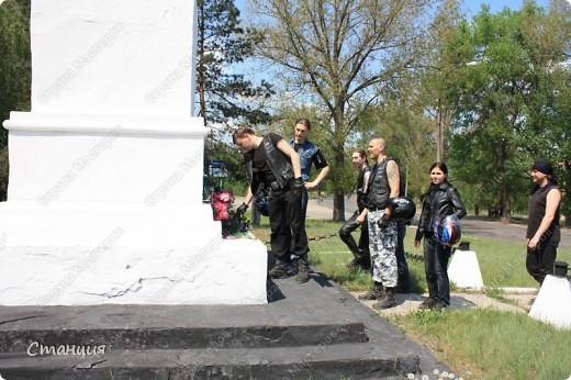 В нашем городе у мотоклуба есть одна традиция -на  9 Мая устраивать мотопробег с возложением цветов к памятникам погибшим воинам. Все, кто неравнодушенк этому событию, могут присоединиться к колонне и почтить память солдат, которые погибли в боях за наш город. фото 14