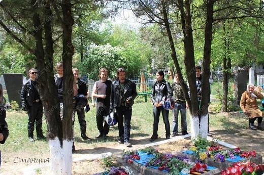 В нашем городе у мотоклуба есть одна традиция -на  9 Мая устраивать мотопробег с возложением цветов к памятникам погибшим воинам. Все, кто неравнодушенк этому событию, могут присоединиться к колонне и почтить память солдат, которые погибли в боях за наш город. фото 17