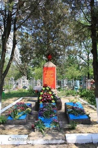 В нашем городе у мотоклуба есть одна традиция -на  9 Мая устраивать мотопробег с возложением цветов к памятникам погибшим воинам. Все, кто неравнодушенк этому событию, могут присоединиться к колонне и почтить память солдат, которые погибли в боях за наш город. фото 18