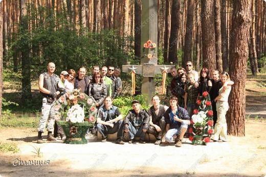 В нашем городе у мотоклуба есть одна традиция -на  9 Мая устраивать мотопробег с возложением цветов к памятникам погибшим воинам. Все, кто неравнодушенк этому событию, могут присоединиться к колонне и почтить память солдат, которые погибли в боях за наш город. фото 21