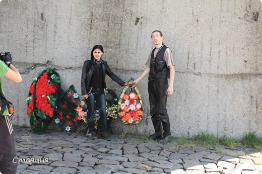 В нашем городе у мотоклуба есть одна традиция -на  9 Мая устраивать мотопробег с возложением цветов к памятникам погибшим воинам. Все, кто неравнодушенк этому событию, могут присоединиться к колонне и почтить память солдат, которые погибли в боях за наш город. фото 23