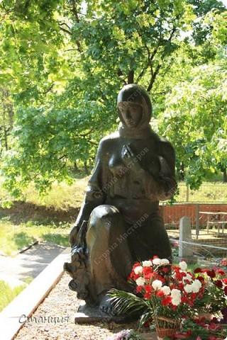 В нашем городе у мотоклуба есть одна традиция -на  9 Мая устраивать мотопробег с возложением цветов к памятникам погибшим воинам. Все, кто неравнодушенк этому событию, могут присоединиться к колонне и почтить память солдат, которые погибли в боях за наш город. фото 1