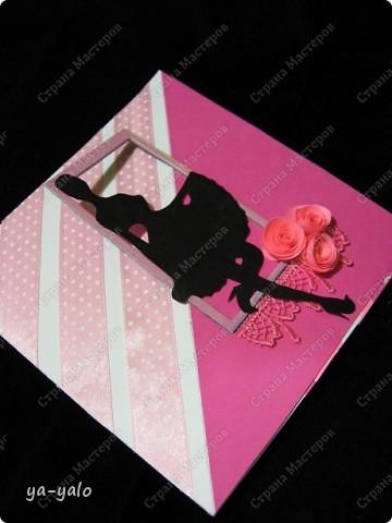 """Вот такая открытка у меня получилась  в результате совместного творчества с Людой  (Likmiass). Люда вырезала и прислала мне для """"последнезвоночных"""" открыток девичьи силуэты.!!!! Такого прецедента здесь, наверное, еще не было. Жители с разных концов страны  в совместном творчестве делают серию открыток. Она появляется на ваших глазах!!! Идеи советы - все идет в дело. СПАСИБО! С названием можно, конечно, поспорить. Но мне кажется, что это состояние души этого возраста, когда решительно все кажется возможным. Итак, открытка №6  ВЕСЬ МИР У ТВОИХ НОГ! Осталось - 9! Бриллиант (силуэт девушки), понятно, Людин. Оправа моя. фото 7"""