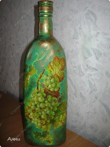 Вот очередная коллекция декупажных бутылок. Руки так и чешутся куда-то, что-то приклеить. Но бутылки самый подходящий материал. Если хорошо получилась - можно подарить или продать, если плохо - не жаль выбросить. Вот с приходом весны захотелось чего-то яркого, весёлого. В результате получилась  такая разнообразная коллекция. В зелёном цвете. фото 3
