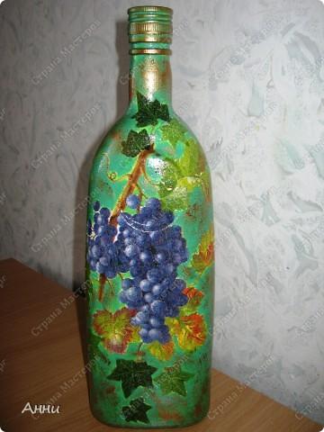 Вот очередная коллекция декупажных бутылок. Руки так и чешутся куда-то, что-то приклеить. Но бутылки самый подходящий материал. Если хорошо получилась - можно подарить или продать, если плохо - не жаль выбросить. Вот с приходом весны захотелось чего-то яркого, весёлого. В результате получилась  такая разнообразная коллекция. В зелёном цвете. фото 4