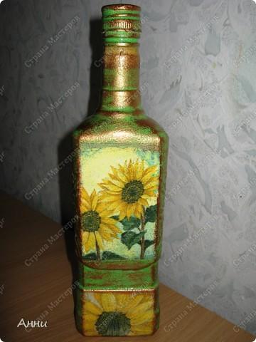 Вот очередная коллекция декупажных бутылок. Руки так и чешутся куда-то, что-то приклеить. Но бутылки самый подходящий материал. Если хорошо получилась - можно подарить или продать, если плохо - не жаль выбросить. Вот с приходом весны захотелось чего-то яркого, весёлого. В результате получилась  такая разнообразная коллекция. В зелёном цвете. фото 7