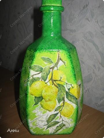 Вот очередная коллекция декупажных бутылок. Руки так и чешутся куда-то, что-то приклеить. Но бутылки самый подходящий материал. Если хорошо получилась - можно подарить или продать, если плохо - не жаль выбросить. Вот с приходом весны захотелось чего-то яркого, весёлого. В результате получилась  такая разнообразная коллекция. В зелёном цвете. фото 5