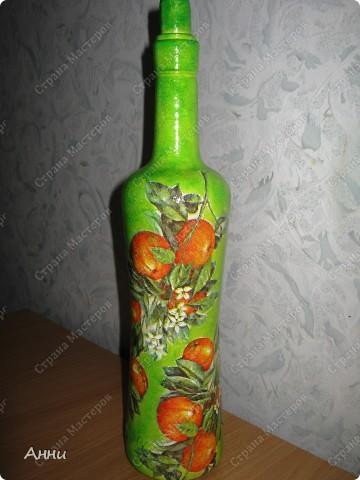 Вот очередная коллекция декупажных бутылок. Руки так и чешутся куда-то, что-то приклеить. Но бутылки самый подходящий материал. Если хорошо получилась - можно подарить или продать, если плохо - не жаль выбросить. Вот с приходом весны захотелось чего-то яркого, весёлого. В результате получилась  такая разнообразная коллекция. В зелёном цвете. фото 6