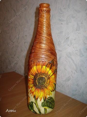 Вот очередная коллекция декупажных бутылок. Руки так и чешутся куда-то, что-то приклеить. Но бутылки самый подходящий материал. Если хорошо получилась - можно подарить или продать, если плохо - не жаль выбросить. Вот с приходом весны захотелось чего-то яркого, весёлого. В результате получилась  такая разнообразная коллекция. В зелёном цвете. фото 17