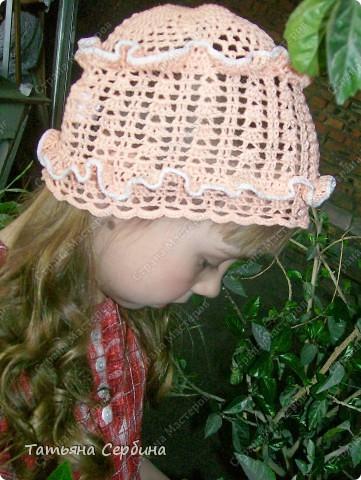 Описание этой  летней шапочки нашла в Интернете и  вязала по МК, только сделала 2 рюши ( в образце было 3).   фото 1