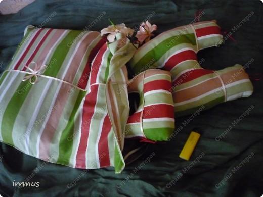 идея  букв-подушек подсмотрена в интернете.. вот не вспомню-где конкретно. они и по отдельности уютные думочки, и сложенные в чехол-наволочку на молнии будут просто подушкой. фото 2