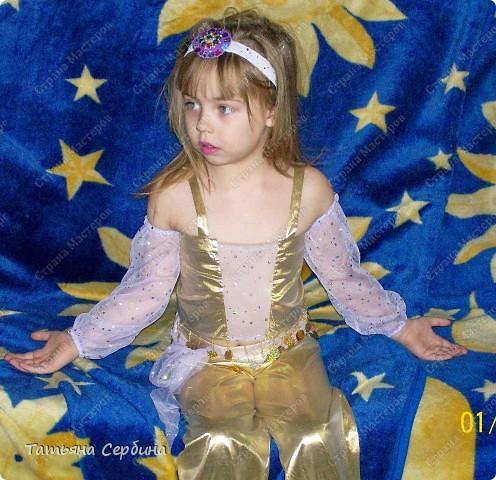 Этот костюм шила ещё на прошлогодний новогодний утренник. К сожалению, хорошего фото с праздника найти не смогла, поэтому домашнее: фото 1