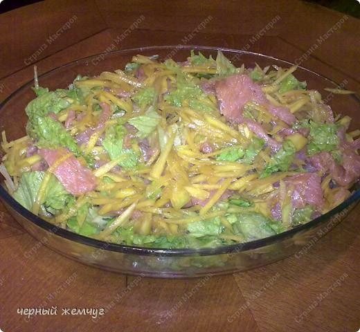 Для этого салата Вам потребуются: семга с/с (можно взять копченый лосось),  манго, лист салата, соевый соус, чеснок и оливковое масло. фото 1