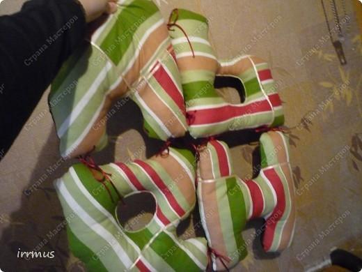 идея  букв-подушек подсмотрена в интернете.. вот не вспомню-где конкретно. они и по отдельности уютные думочки, и сложенные в чехол-наволочку на молнии будут просто подушкой. фото 6