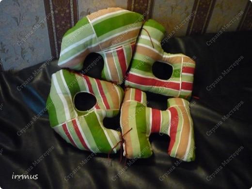 идея  букв-подушек подсмотрена в интернете.. вот не вспомню-где конкретно. они и по отдельности уютные думочки, и сложенные в чехол-наволочку на молнии будут просто подушкой. фото 7