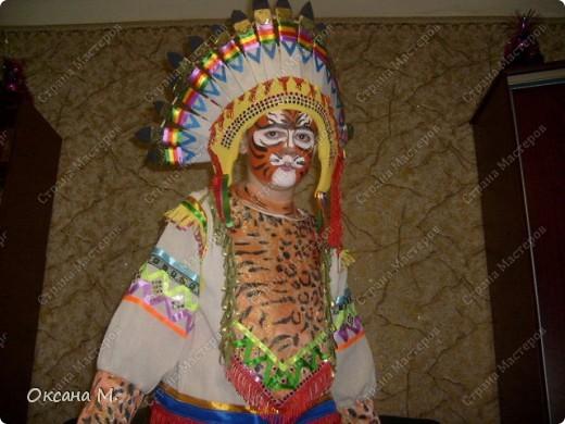 """""""Индеец племени тигров"""",костюм придумала в год тигра, совместив два образа. Использовала ткань с тигриной расцветкой, на лице грим. фото 3"""