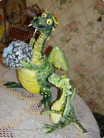 Вот такая семья дракошиков поселилась у нас в квартирке) Мама дракониха и малыш драконёныш.Только что, вот совсем недавно из яйца вылупился) фото 1