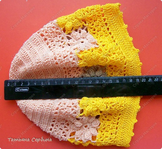 Берет связала из остатков ярко-жёлтой,  нежно-розовой и бежевой пряжи. фото 9