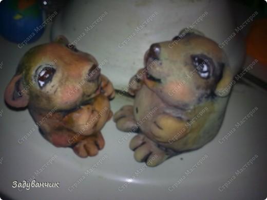 Ёжики, два братца, из солёного теста. Здесь они на крыше, убежали погулять)) фото 12